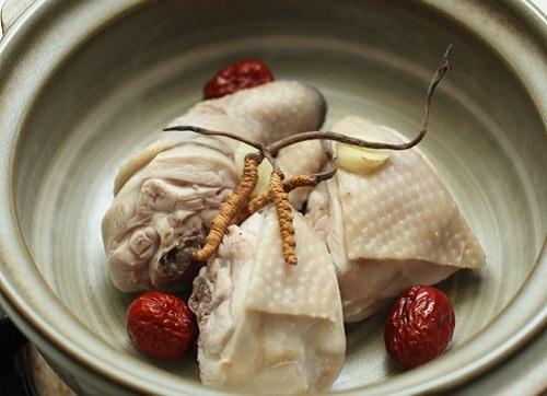Hướng dẫn cách làm món gà hầm với đông trùng hạ thảo