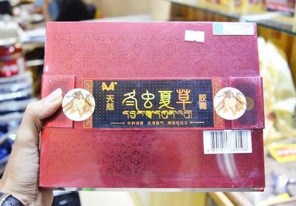 Hộp đông trùng hạ thảo viên nang Trung Quốc được chụp tại cửa hàng